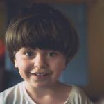 Podopieczna Fundacji Maja Lejman. uśmiechnięta mała dziewczynka
