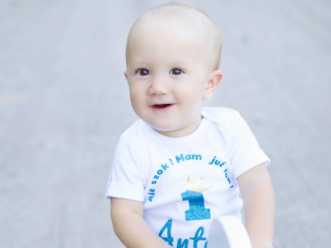 Antek Osowski podopieczny Fundacji. Uśmiechnięty mały chłopiec