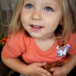 Oliwia Świacka podopieczna Fundacji. Uśmiechnięta dziewczynka