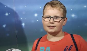 """Uśmiechnięty nastolatek Paweł, podopieczny Fndacji ,,Przyszłość dla Dzieci"""""""
