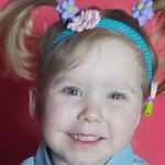 Uśmiechnięta dziewczynka w kucykach