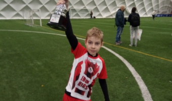 nastolatek w sportowym stroju trzyma trofeo